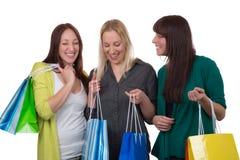 Groupe de jeunes femmes faisant des emplettes, d'isolement Images stock