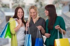 Groupe de jeunes femmes faisant des emplettes dans un magasin Photographie stock libre de droits