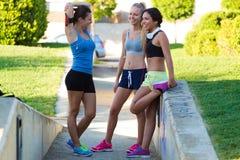 Groupe de jeunes femmes faisant s'étirant en parc Images stock
