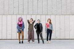 Groupe de jeunes femmes fraîches avec des styles divers Image stock