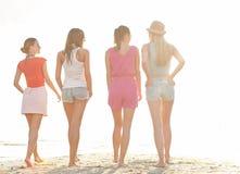 Groupe de jeunes femmes marchant sur la plage Image libre de droits