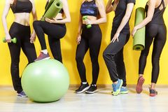Groupe de jeunes femmes sportives se tenant au mur Étudiants prenant un repos d'activité de forme physique, heure de récupérer la photo stock