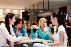 Groupe de jeunes femmes sur la pause-café photographie stock