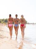 Groupe de jeunes femmes sur la plage Photographie stock libre de droits