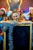 Groupe de jeunes filles célébrant Noël Panneau noir Photo stock