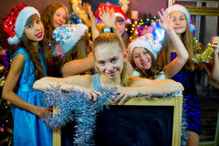 Groupe de jeunes filles célébrant Noël Panneau noir Photos libres de droits