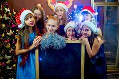 Groupe de jeunes filles célébrant Noël Panneau noir Photos stock