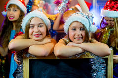 Groupe de jeunes filles célébrant Noël Panneau noir Photo libre de droits