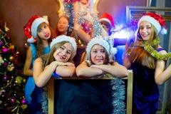 Groupe de jeunes filles célébrant Noël Panneau noir Image libre de droits