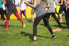 Groupe de jeunes filles exerçant la forme physique avec la danse Photographie stock libre de droits