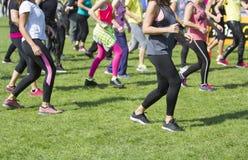 Groupe de jeunes filles exerçant la forme physique avec la danse Image stock