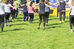 Groupe de jeunes filles exerçant la forme physique avec la danse Photographie stock