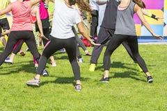 Groupe de jeunes filles exerçant la forme physique avec la danse Photos stock