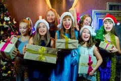 Groupe de jeunes filles gaies célébrant Noël cadeaux Photo libre de droits
