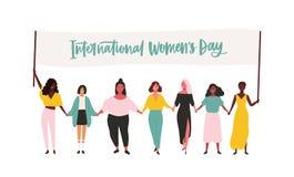 Groupe de jeunes filles ou d'activistes heureux du féminisme participant au rassemblement ou au défilé et tenant la bannière avec illustration libre de droits