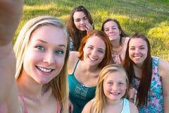 Groupe de jeunes filles prenant un Selfie Photo stock