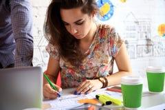 Groupe de jeunes gens d'affaires et concepteurs Ils travaillant sur le nouveau projet Image stock
