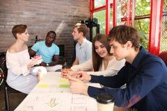 Groupe de jeunes gens d'affaires et concepteurs Ils travaillant sur le nouveau projet Concept de démarrage Photos stock