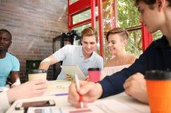 Groupe de jeunes gens d'affaires et concepteurs Ils travaillant sur le nouveau projet Concept de démarrage Photographie stock libre de droits