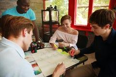 Groupe de jeunes gens d'affaires et concepteurs Ils travaillant sur le nouveau projet Concept de démarrage Photo libre de droits