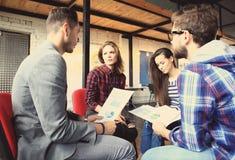 Groupe de jeunes gens d'affaires et concepteurs Ils travaillant sur le nouveau projet Concept de démarrage Images libres de droits
