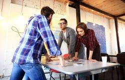 Groupe de jeunes gens d'affaires et concepteurs Ils travaillant sur le nouveau projet Concept de démarrage Image stock