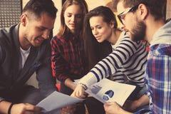 Groupe de jeunes gens d'affaires et concepteurs Ils travaillant sur le nouveau projet Concept de démarrage Images stock