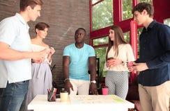 Groupe de jeunes gens d'affaires et concepteurs Ils travaillant sur le nouveau projet Concept de démarrage Photographie stock