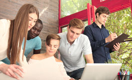 Groupe de jeunes gens d'affaires et concepteurs Ils travaillant sur le nouveau projet Concept de démarrage Photo stock