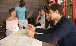 Groupe de jeunes gens d'affaires et concepteurs Ils travaillant sur le nouveau projet Concept de démarrage Photos libres de droits