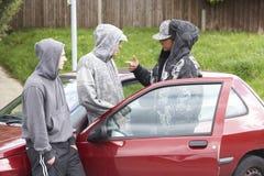 Groupe de jeunes hommes avec des véhicules Photos stock