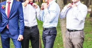 Groupe de jeunes hommes avec le noeud papillon Amis gais Amis à l'extérieur Jour du mariage Photos stock
