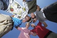 Groupe de jeunes hommes en cercle Photographie stock