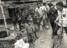 Groupe de jeunes hommes et enfants indiens images libres de droits