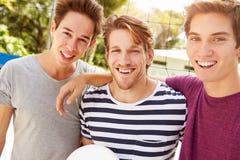 Groupe de jeunes hommes jouant le match de volleyball Images stock
