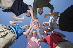 Groupe de jeunes hommes se tenant en cercle Image stock