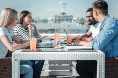Groupe de jeunes indépendants se réunissant en café pour le déjeuner Photographie stock