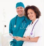 Groupe de jeunes médecins travaillant ensemble Images stock