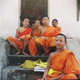 Groupe de jeunes moines dans le lampang photographie stock libre de droits