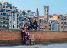 Groupe de jeunes prenant un selfie, juste arrivé à Florence, Toscane, Italie Photographie stock libre de droits