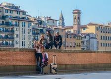 Groupe de jeunes prenant un selfie, juste arrivé à Florence, Toscane, Italie Photos stock