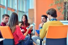 Groupe de jeunes professionnels d'affaires ayant une réunion images libres de droits