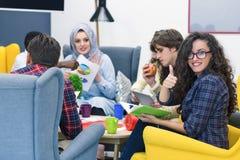 Groupe de jeunes professionnels d'affaires ayant une réunion Photo libre de droits
