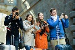 Groupe de jeunes touristes avec des appareils-photo Image stock
