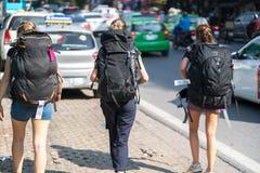 Groupe de jeunes travelllers avec le sac à dos lourd de voyage marchant sur la rue de la ville de Hanoï Concept de voyage d'écono Image stock