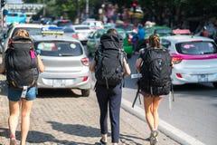 Groupe de jeunes travelllers avec le sac à dos lourd de voyage marchant sur la rue de la ville de Hanoï Concept de voyage d'écono Photo stock