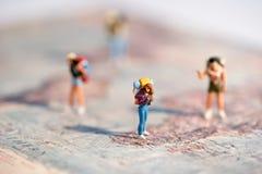 Groupe de jeunes voyageurs miniatures avec des sacs à dos Photos libres de droits