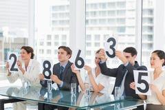 Groupe de juges de panneau tenant des signes de score photographie stock libre de droits