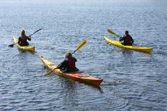 Groupe de kayaker barbotant dans le kayak par l'aviron de mer, le sport aquatique actif et les loisirs, kayaking Image stock