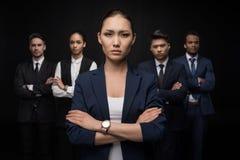 Groupe de l'équipe professionnelle d'affaires se tenant avec des bras croisés Images stock